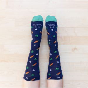 calcetines de algodón con la frase deja que se te vaya la olla