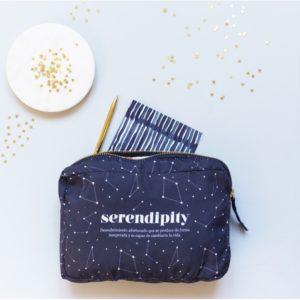 neceser de tela en azul marino con la palabra serendipity